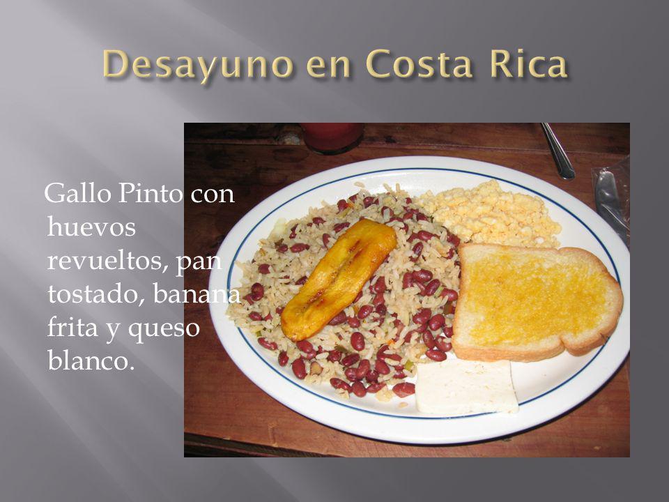 Gallo Pinto con huevos revueltos, pan tostado, banana frita y queso blanco.