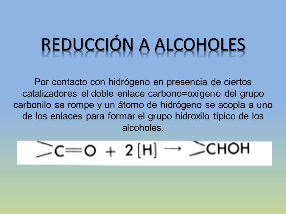 Por contacto con hidrógeno en presencia de ciertos catalizadores el doble enlace carbono=oxígeno del grupo carbonilo se rompe y un átomo de hidrógeno se acopla a uno de los enlaces para formar el grupo hidroxilo típico de los alcoholes.
