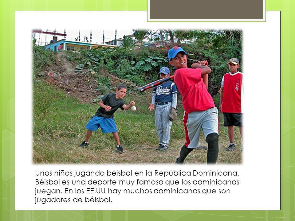 Unos niños jugando béisbol en la República Dominicana. Béisbol es una deporte muy famoso que los dominicanos juegan. En los EE.UU hay muchos dominican