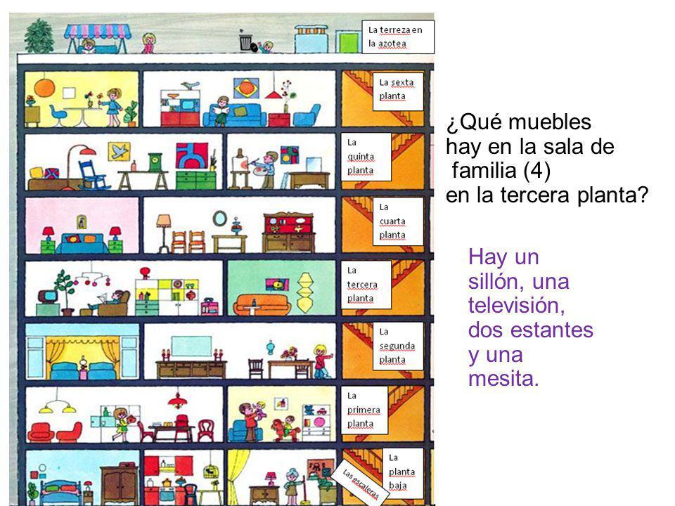 ¿Qué muebles hay en la sala de familia (4) en la tercera planta? Hay un sillón, una televisión, dos estantes y una mesita.