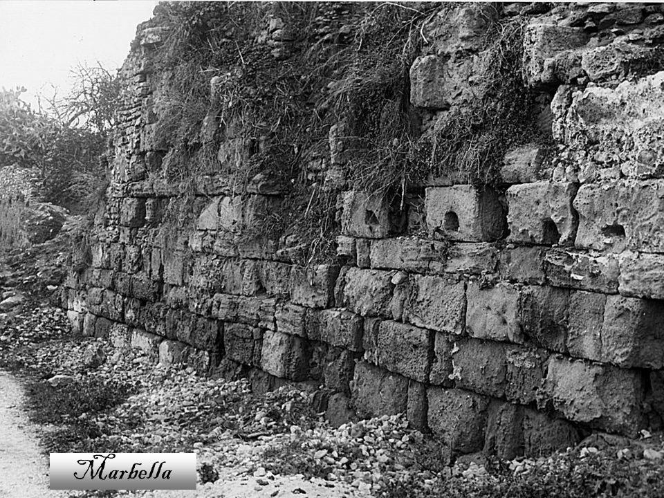 En el término municipal se han encontrado restos que atestiguan que ya estuvo habitado desde el Paleolítico y en el Neolítico.