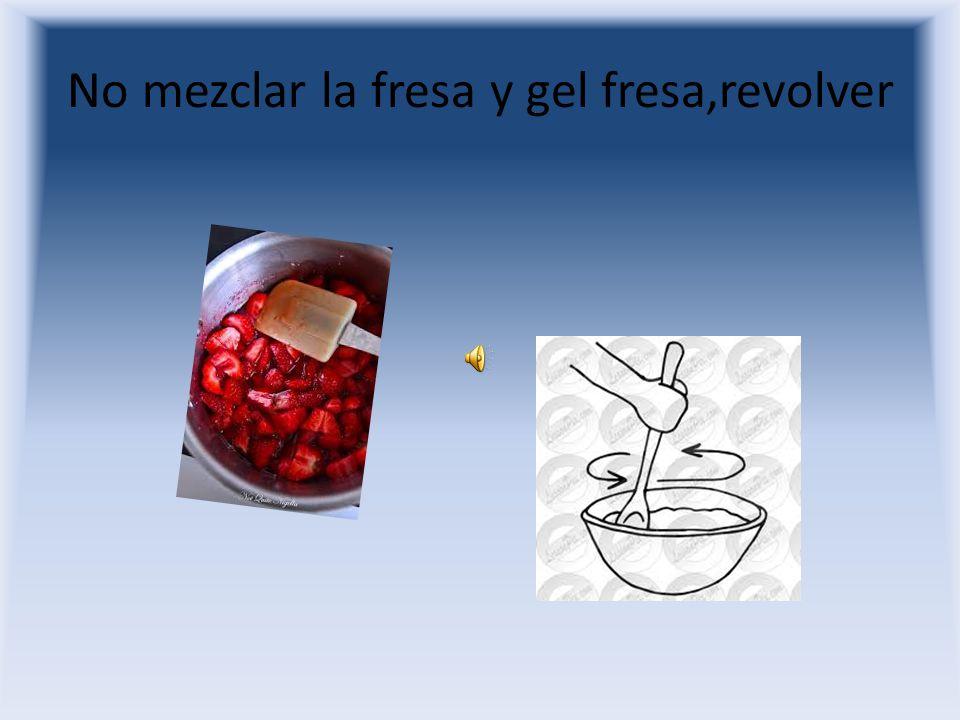 Pon la fresa y gel fresa en un bol