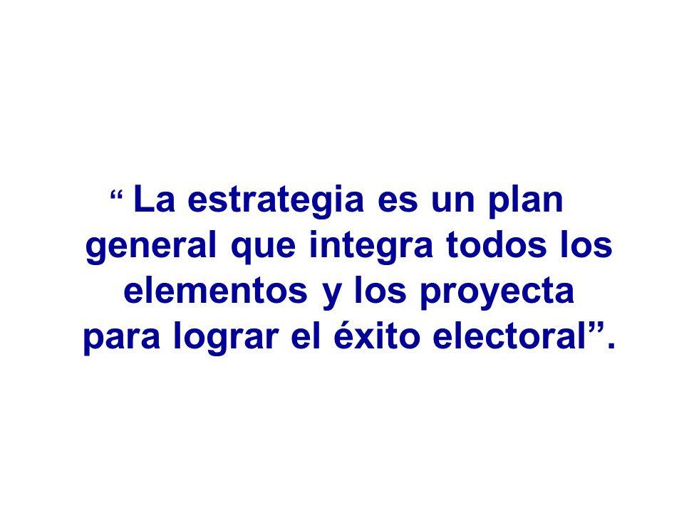 La estrategia es un plan general que integra todos los elementos y los proyecta para lograr el éxito electoral.