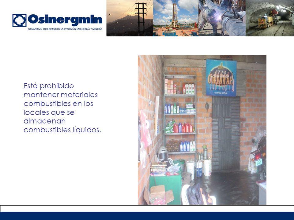 Está prohibido mantener materiales combustibles en los locales que se almacenan combustibles líquidos.