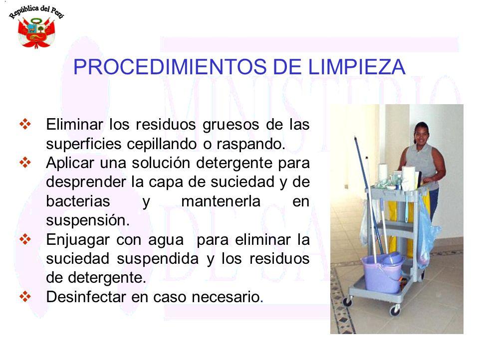 Eliminar los residuos gruesos de las superficies cepillando o raspando. Aplicar una solución detergente para desprender la capa de suciedad y de bacte