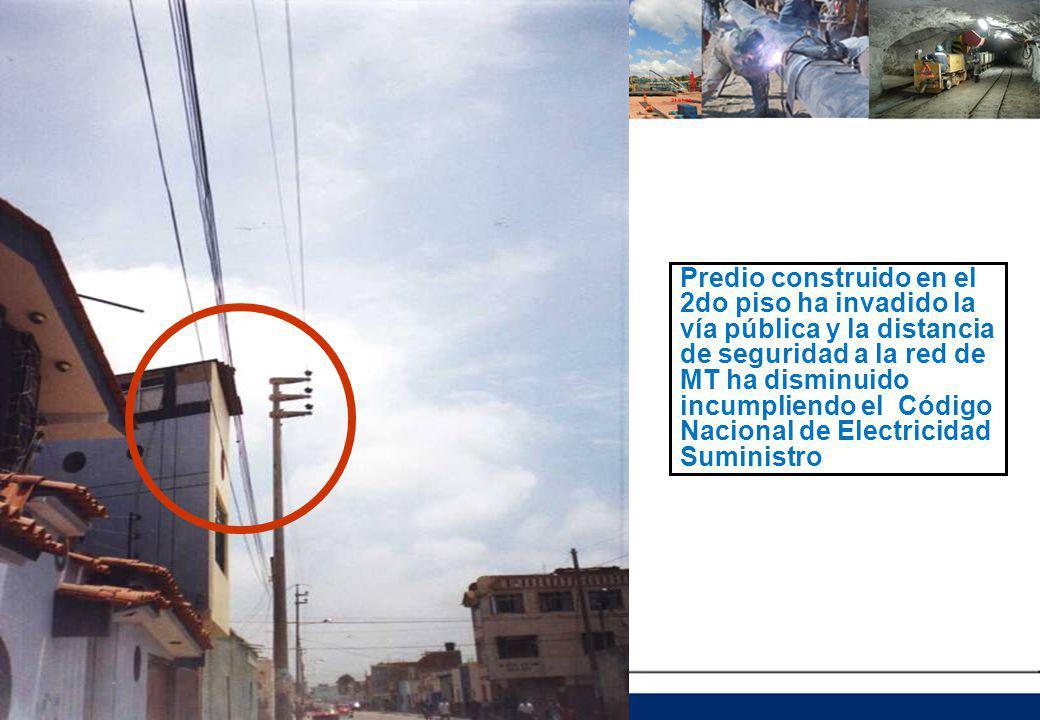 Predio construido en el 2do piso ha invadido la vía pública y la distancia de seguridad a la red de MT ha disminuido incumpliendo el Código Nacional de Electricidad Suministro