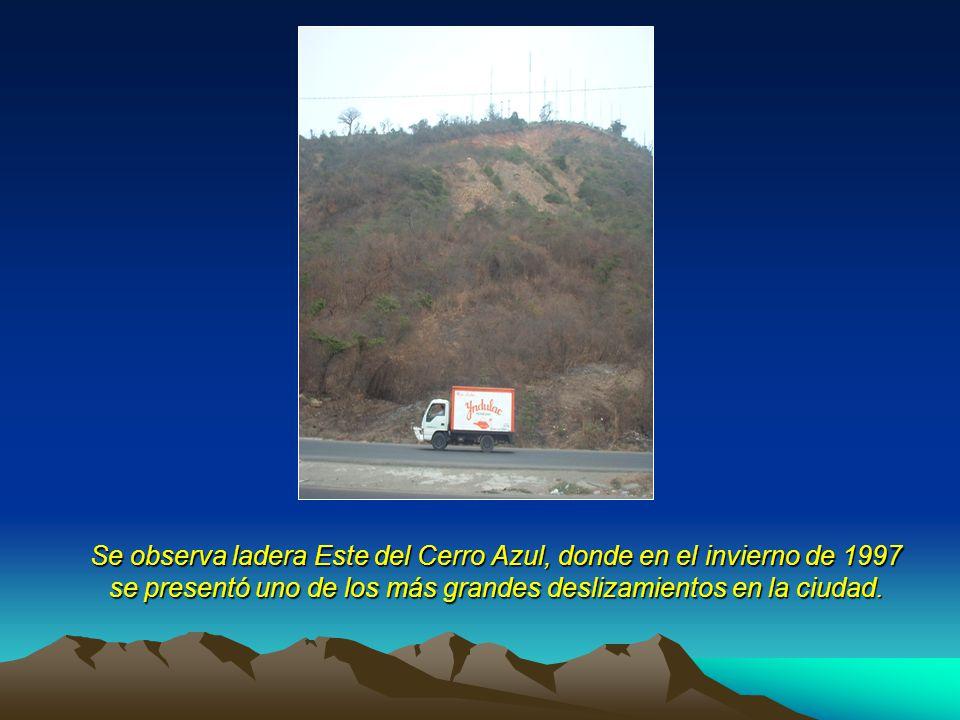 Se observa ladera Este del Cerro Azul, donde en el invierno de 1997 se presentó uno de los más grandes deslizamientos en la ciudad.