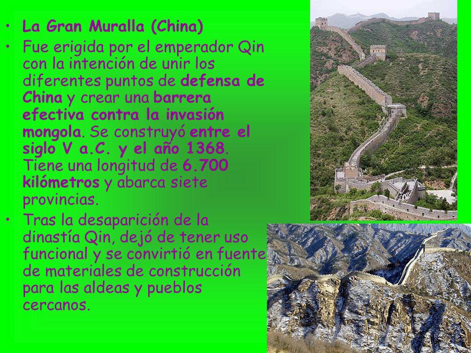 La Gran Muralla (China) Fue erigida por el emperador Qin con la intención de unir los diferentes puntos de defensa de China y crear una barrera efecti