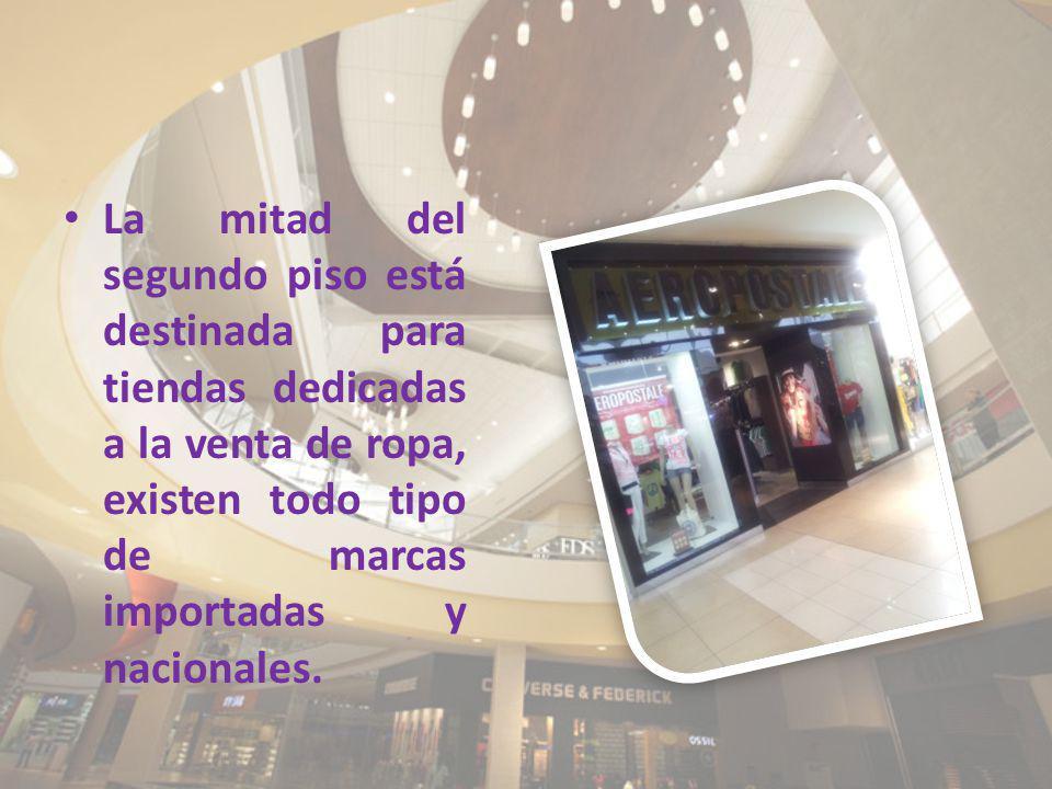 La mitad del segundo piso está destinada para tiendas dedicadas a la venta de ropa, existen todo tipo de marcas importadas y nacionales.