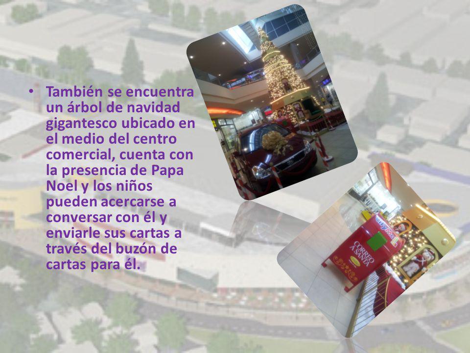 También se encuentra un árbol de navidad gigantesco ubicado en el medio del centro comercial, cuenta con la presencia de Papa Noel y los niños pueden