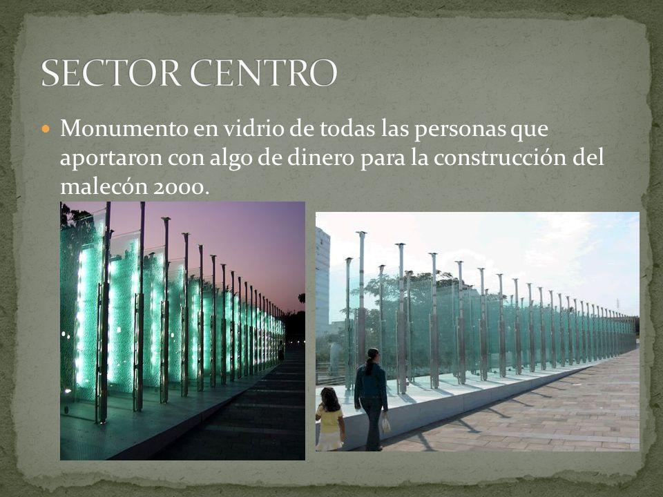 Monumento en vidrio de todas las personas que aportaron con algo de dinero para la construcción del malecón 2000.