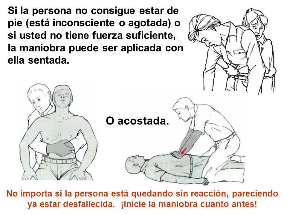 Si la persona no consigue estar de pie (está inconsciente o agotada) o si usted no tiene fuerza suficiente, la maniobra puede ser aplicada con ella se