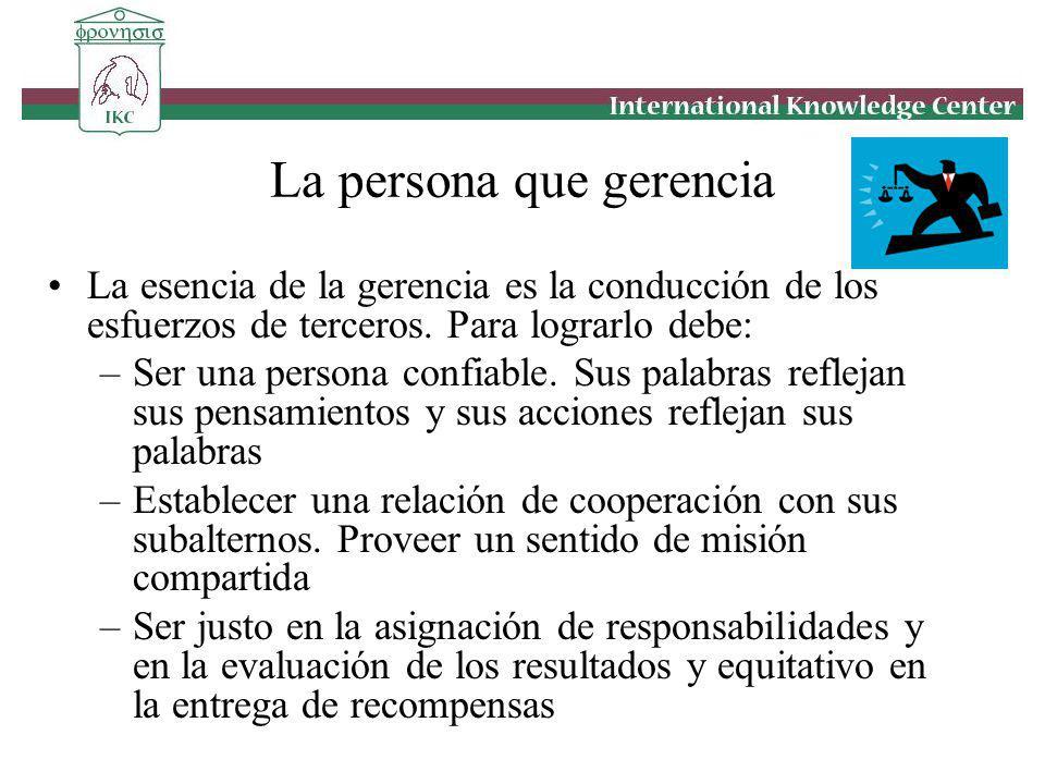 La persona que gerencia La esencia de la gerencia es la conducción de los esfuerzos de terceros. Para lograrlo debe: –Ser una persona confiable. Sus p