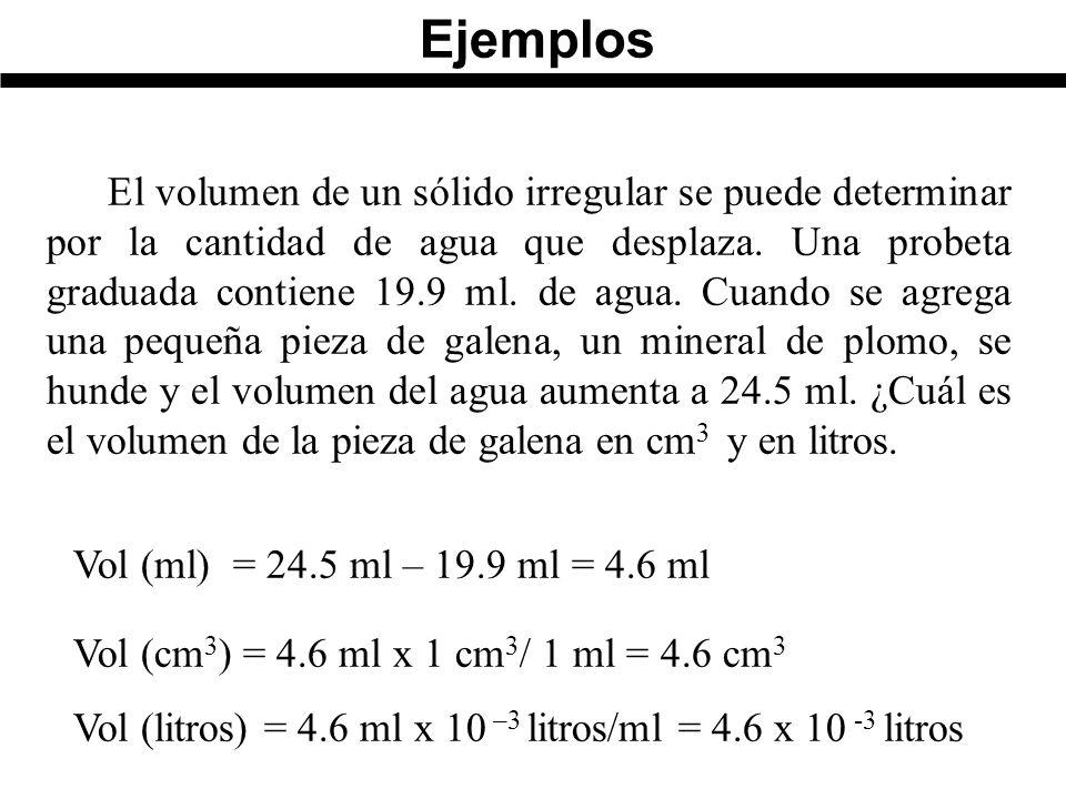 El volumen de un sólido irregular se puede determinar por la cantidad de agua que desplaza.
