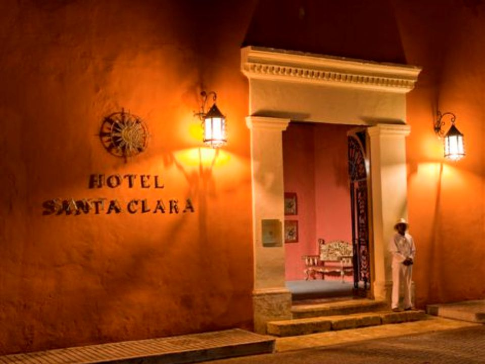 U BICACIÓN El hotel se encuentra ubicado a 5 minutos del Aeropuerto Internacional Rafael Núñez.