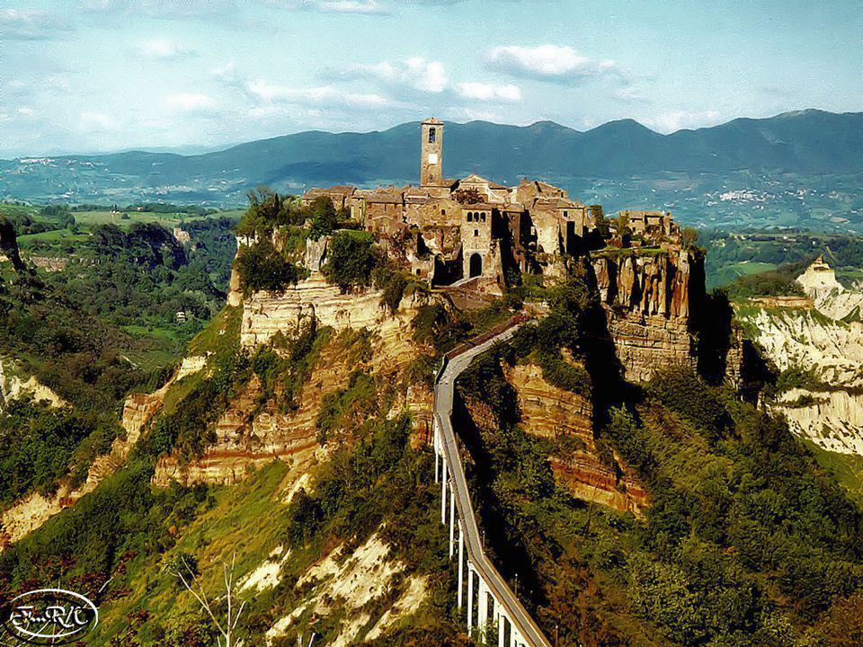 CIVITA DI BAGNOREGIO Civita di Bagnoregio es uno de los tantos pueblos en vías de extinción de Italia. Maravilloso como pocos, se asoma en la cima de
