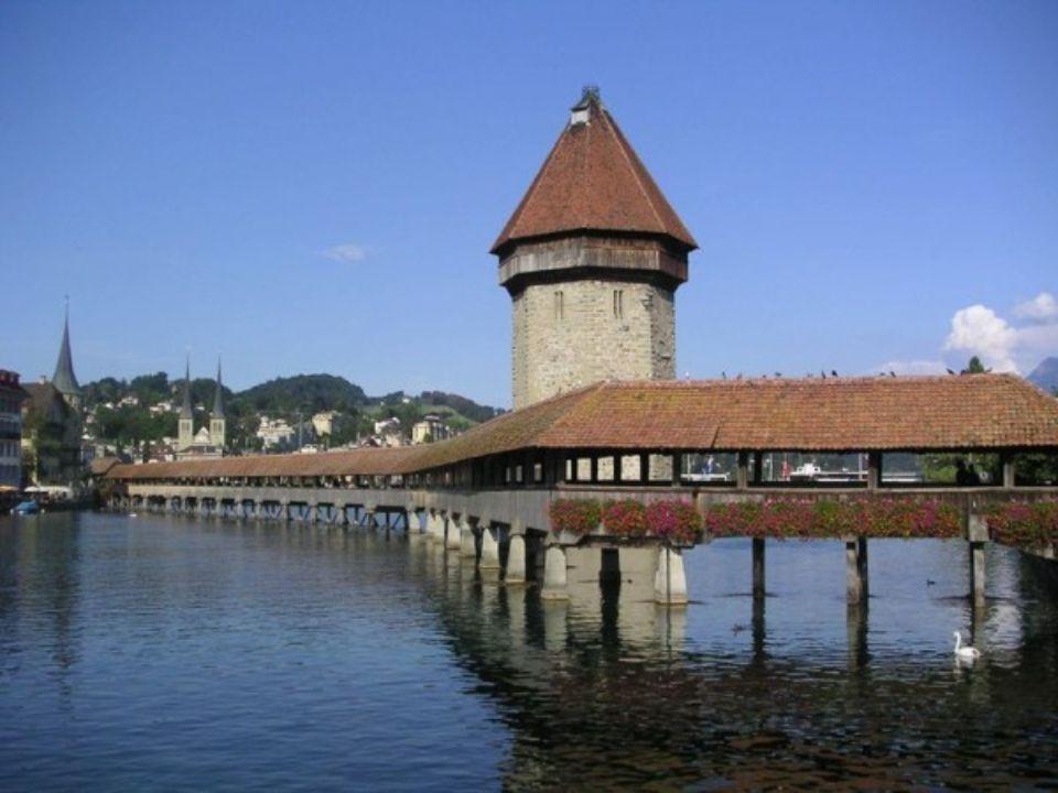 PONT DE LA CHAPELLE Lucerne Suisse Kapellbrücke (en allemand) est le plus ancien pont en bois couvert d Europe.