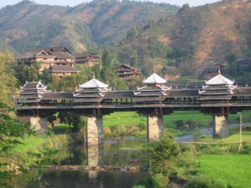 PONT YONGJI (PONT DU VENT ET DE LA PLUIE ) Chengyang Chine Il enjambe la rivière Linxi et est laccès principal des villages Dong de Chengyang (8 villa