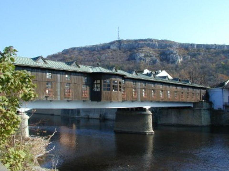 PONT NGRUEV Lovech Bulgarie Ce pont enjambe la rivière Osam. Il fut inondé en 1872 et tous les citoyens de Lovech ont contribué à la reconstruction. L