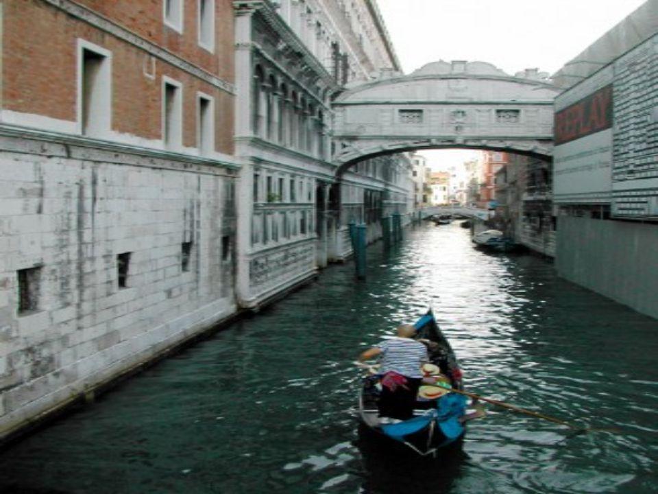 PONT DES SOUPIRS Venise Italie Romantique de réputation, c'est en fait le pont qui relit les prisons aux salles de jugements. En passant par ce pont,