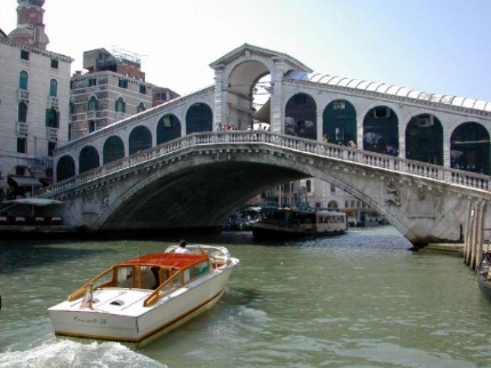PONT RIALTO Venise Italie En plein cœur de cette ville bâti sur une lagune se trouve le pont le plus prestigieux et peut-être même le plus célèbre du monde (édifié en 1591).