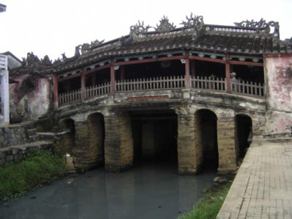 PONT JAPONAIS Hoi An Vietnam Construit en 1593 par la communauté japonaise de Hoi An, il n'a pratiquement pas été retouché depuis. Les deux singes et
