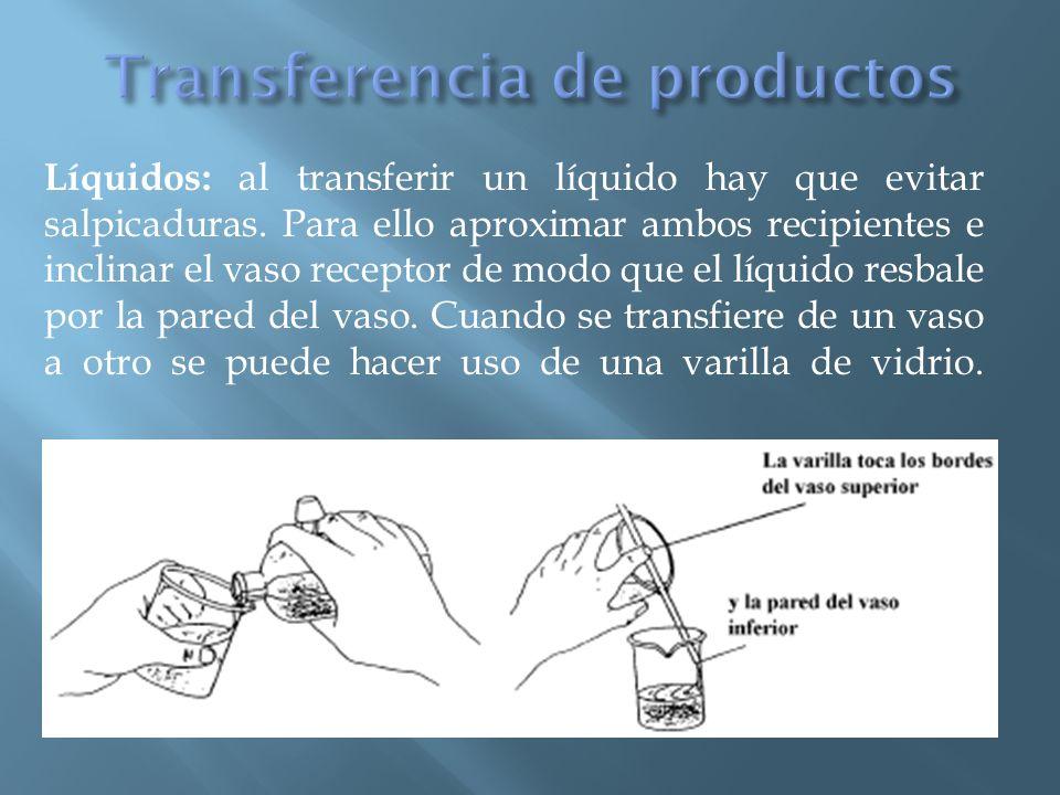 Sólidos: Se pueden transferir pequeñas cantidades de un producto sólido de un recipiente a otro utilizando una espátula rigurosamente limpia.