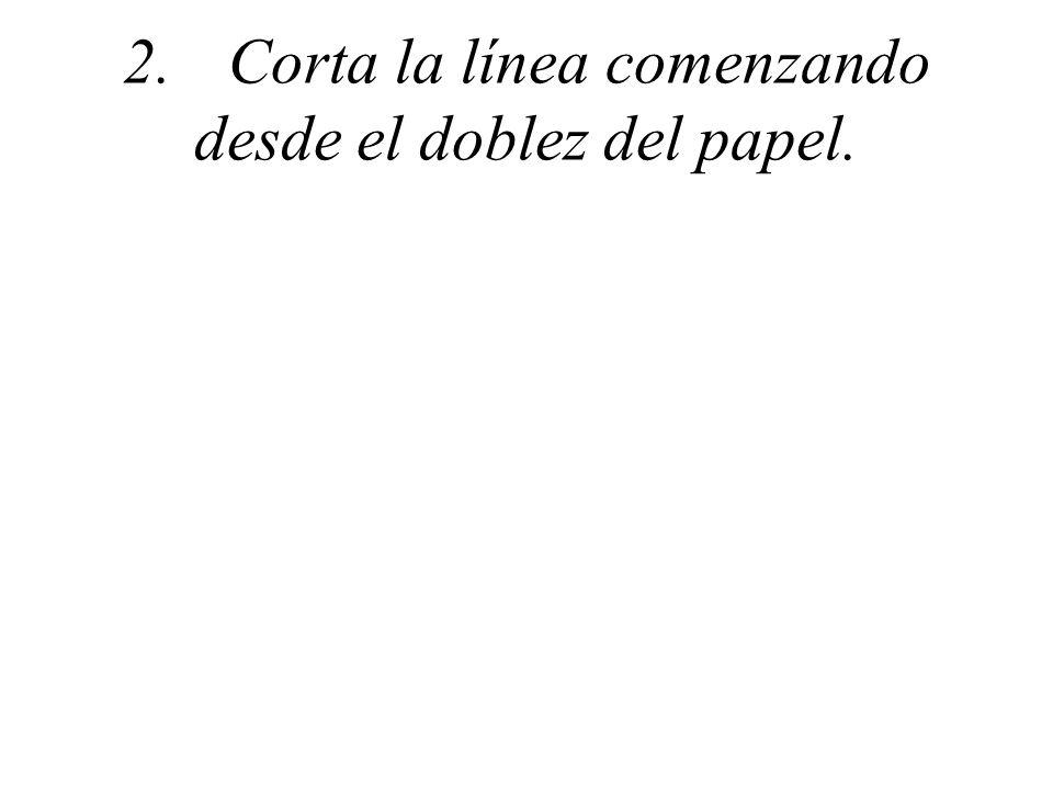 2.Corta la línea comenzando desde el doblez del papel.