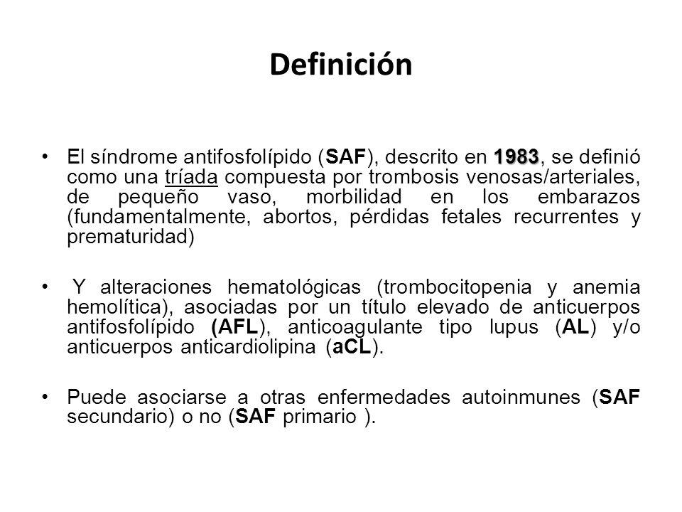 Definición 1983El síndrome antifosfolípido (SAF), descrito en 1983, se definió como una tríada compuesta por trombosis venosas/arteriales, de pequeño vaso, morbilidad en los embarazos (fundamentalmente, abortos, pérdidas fetales recurrentes y prematuridad) Y alteraciones hematológicas (trombocitopenia y anemia hemolítica), asociadas por un título elevado de anticuerpos antifosfolípido (AFL), anticoagulante tipo lupus (AL) y/o anticuerpos anticardiolipina (aCL).