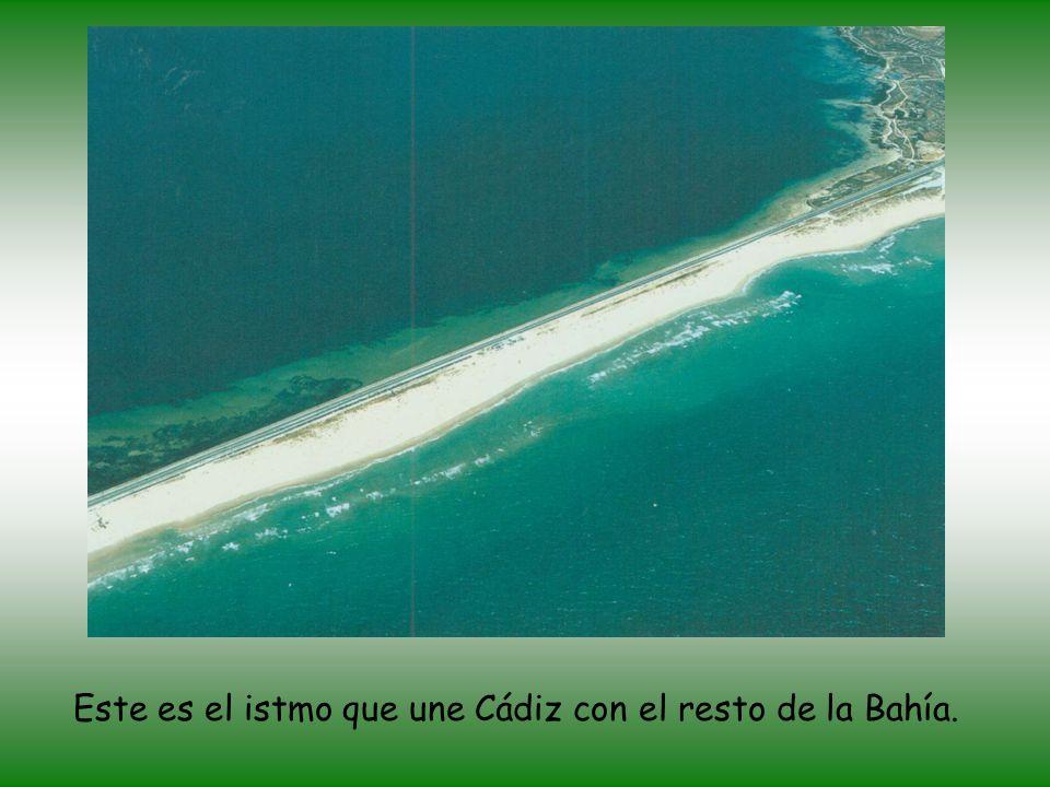 Vista aérea de Cádiz (pequeña península) rodeada de agua por todas partes menos por...