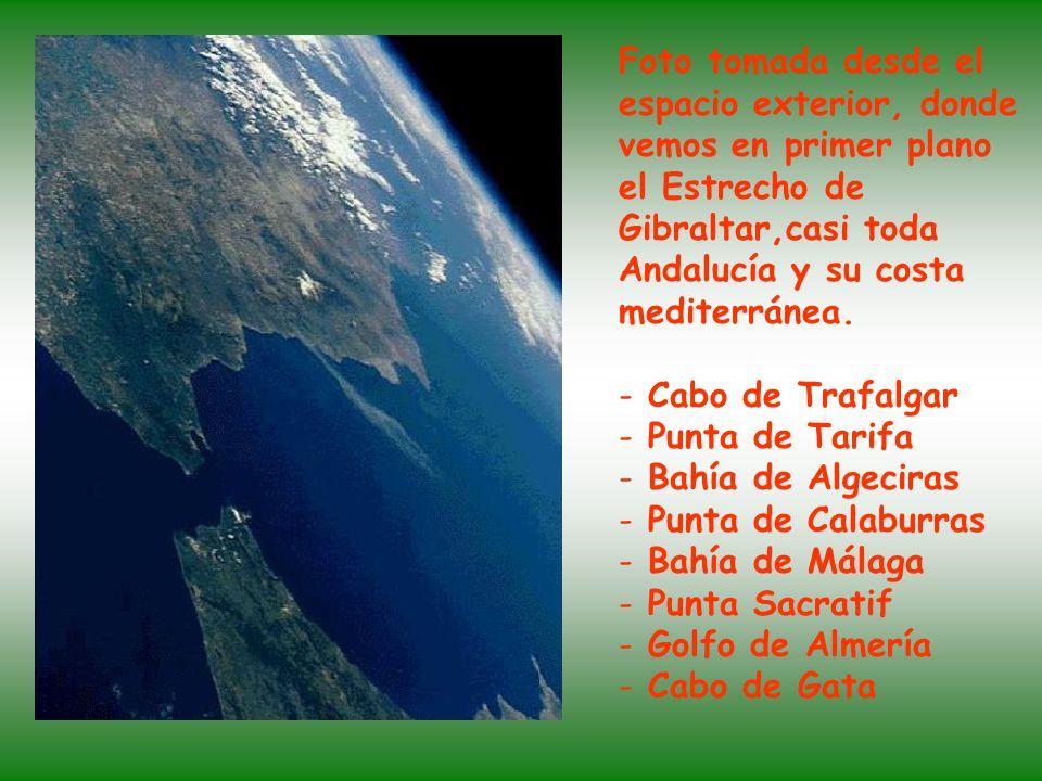 Foto vía satélite donde podemos apreciar el Estrecho de Gibraltar que separa Europa de África. También se aprecia la Punta de Tarifa, la Bahía de Alge