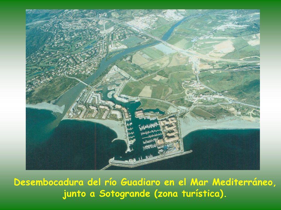 Foto tomada desde el espacio exterior, donde vemos en primer plano el Estrecho de Gibraltar,casi toda Andalucía y su costa mediterránea. - Cabo de Tra