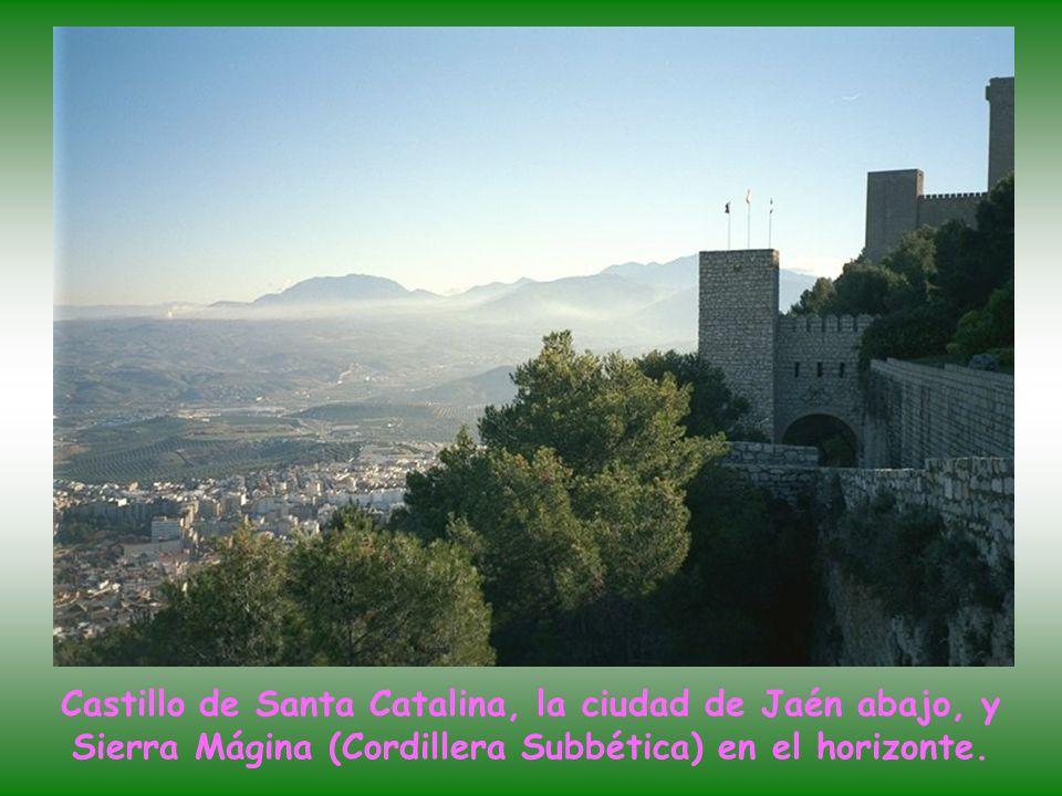 Castillo de Santa Catalina, la ciudad de Jaén abajo, y Sierra Mágina (Cordillera Subbética) en el horizonte.