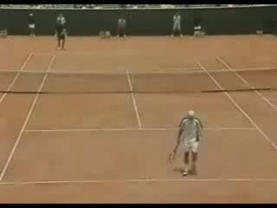 REVÉS: Es uno de los golpes que más cuesta llegar a dominar cuando se empieza en el tenis.