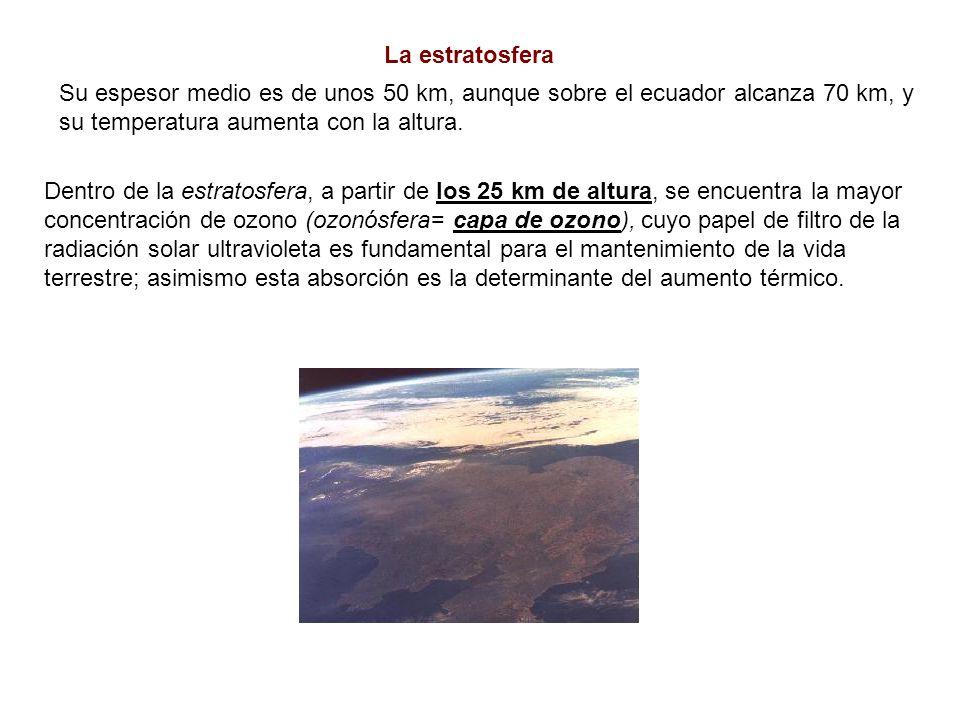La estratosfera Su espesor medio es de unos 50 km, aunque sobre el ecuador alcanza 70 km, y su temperatura aumenta con la altura. Dentro de la estrato
