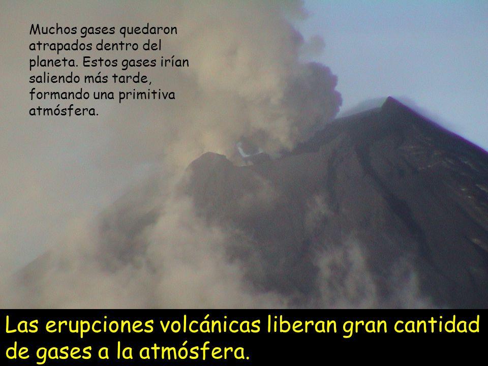 Como la actividad volcánica era muy intensa, los gases expulsados fueron acumulándose formando la primera atmósfera o ATMÓSFERA PRIMITIVA Los científicos piensan que esta atmósfera primitiva era rica en NITRÒGENO (N 2 ), DIÓXIDO DE CARBONO (CO 2 ) Y VAPOR DE AGUA (H 2 O).