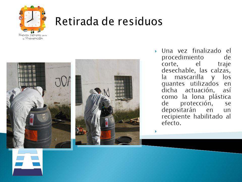 Retirada de residuos Una vez finalizado el procedimiento de corte, el traje desechable, las calzas, la mascarilla y los guantes utilizados en dicha ac