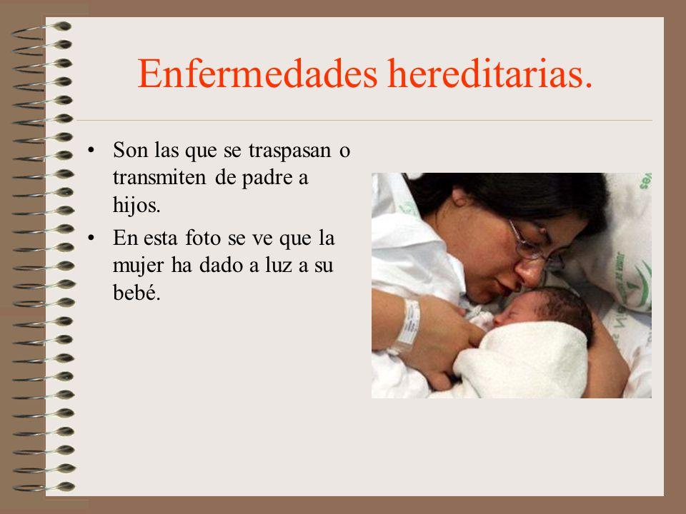 Enfermedades hereditarias. Son las que se traspasan o transmiten de padre a hijos. En esta foto se ve que la mujer ha dado a luz a su bebé.