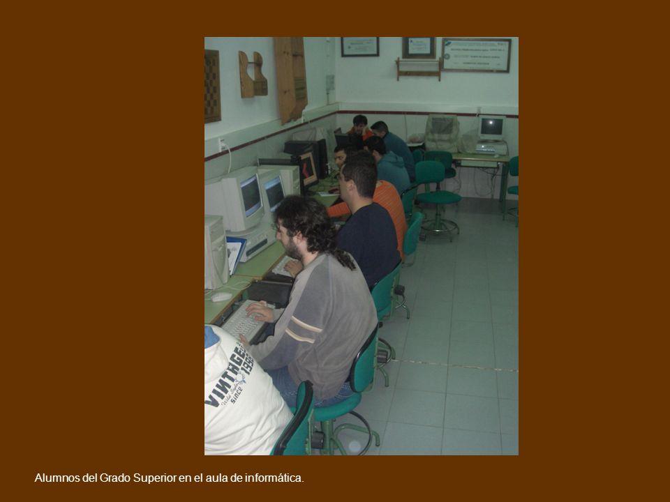 Alumnos del Grado Superior en el aula de informática.