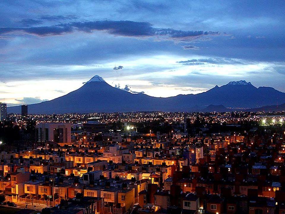 En la mitología mexica, Popocatépetl fue un valiente guerrero quién amaba a la doncella Iztaccíhuatl.