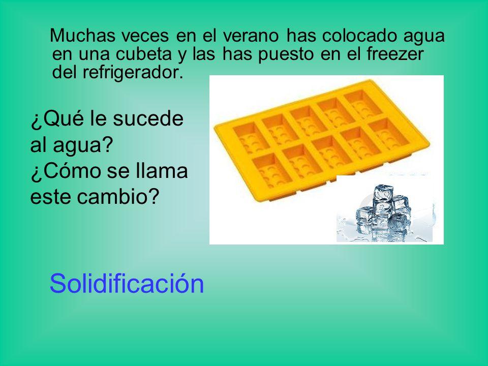 Muchas veces en el verano has colocado agua en una cubeta y las has puesto en el freezer del refrigerador. ¿Qué le sucede al agua? ¿Cómo se llama este