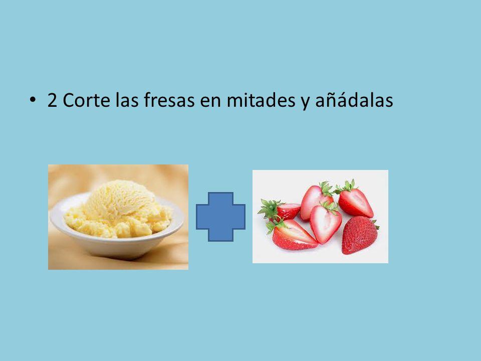 2 Corte las fresas en mitades y añádalas