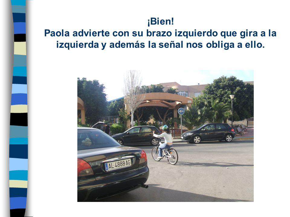 ¡Mal! Paola va a entrar a una calle con dirección prohibida y además...no lleva casco.