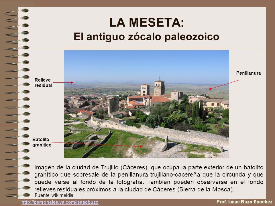 LA MESETA: El antiguo zócalo paleozoico Imagen de la ciudad de Trujillo (Cáceres), que ocupa la parte exterior de un batolito granítico que sobresale de la penillanura trujillano-cacereña que la circunda y que puede verse al fondo de la fotografía.