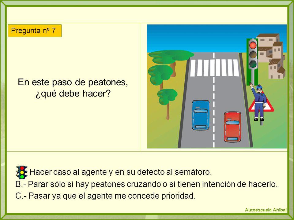 En este paso de peatones, ¿qué debe hacer? A.- Hacer caso al agente y en su defecto al semáforo. B.- Parar sólo si hay peatones cruzando o si tienen i