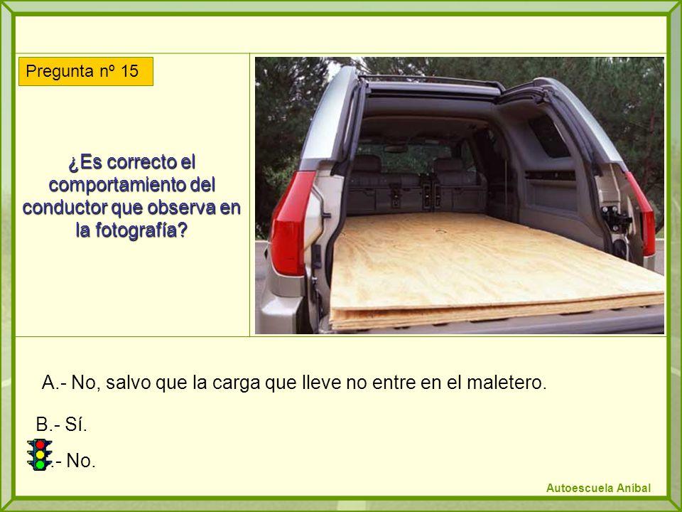 ¿Es correcto el comportamiento del conductor que observa en la fotografía? A.- No, salvo que la carga que lleve no entre en el maletero. B.- Sí. C.- N