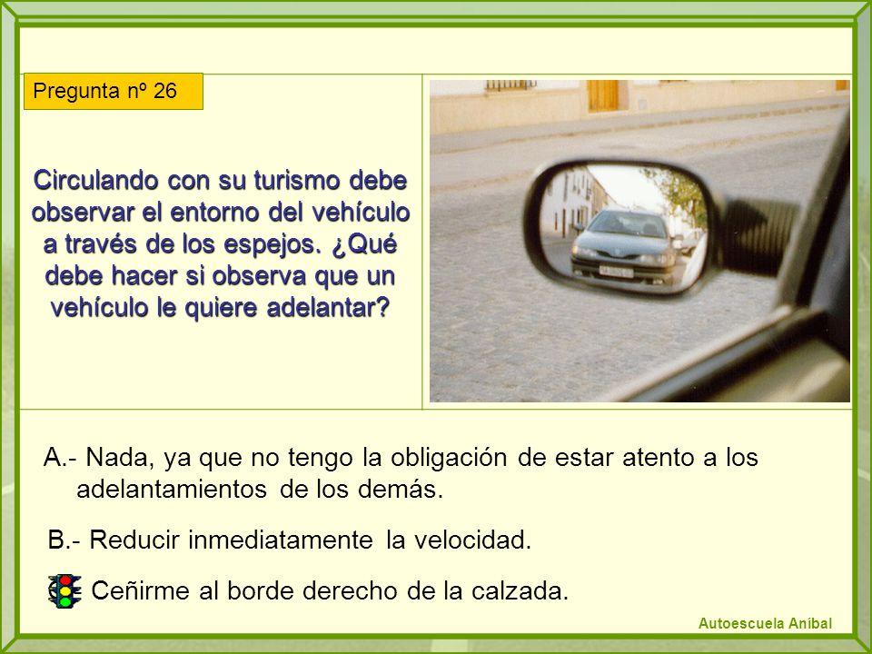 Circulando con su turismo debe observar el entorno del vehículo a través de los espejos. ¿Qué debe hacer si observa que un vehículo le quiere adelanta
