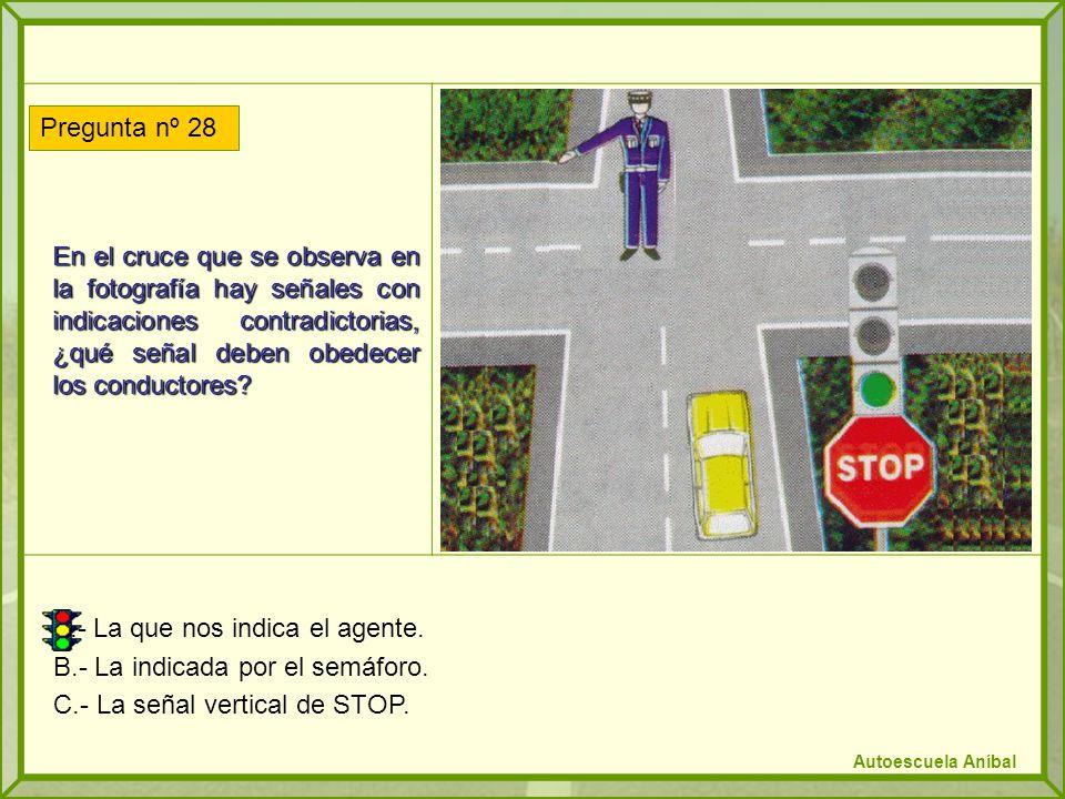 En el cruce que se observa en la fotografía hay señales con indicaciones contradictorias, ¿qué señal deben obedecer los conductores? A.- La que nos in