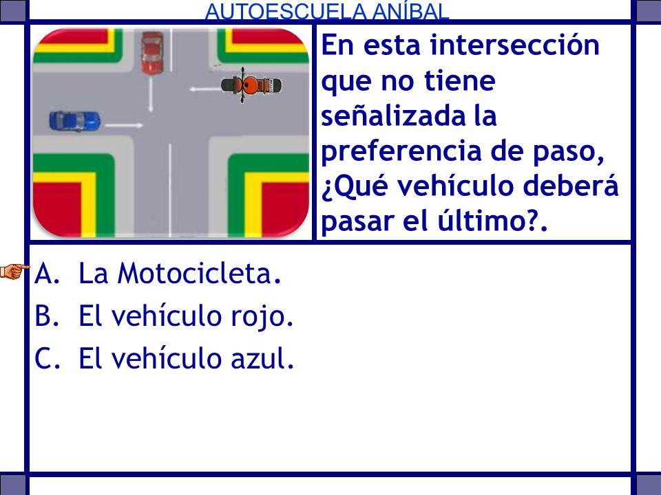 AUTOESCUELA ANÍBAL En esta intersección que no tiene señalizada la preferencia de paso, ¿Qué vehículo deberá pasar el último?. A.La Motocicleta. B.El