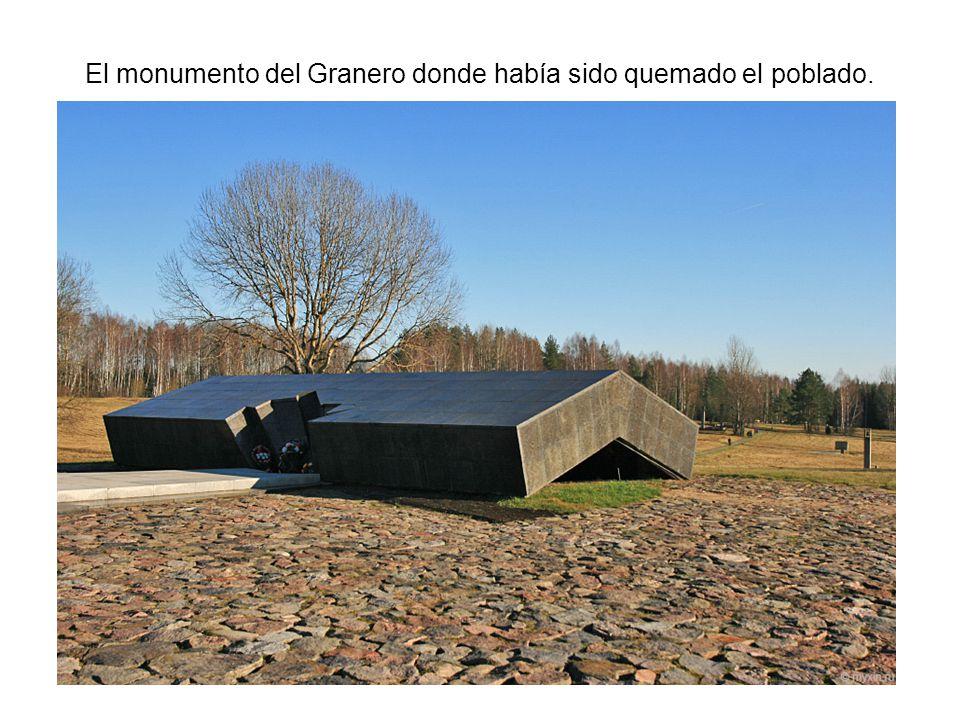 El monumento del Granero donde había sido quemado el poblado.